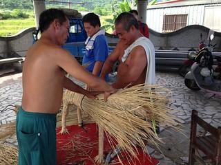 農閒之際,新社部落居民利用稻稈創作裝置藝術。攝影:廖靜蕙