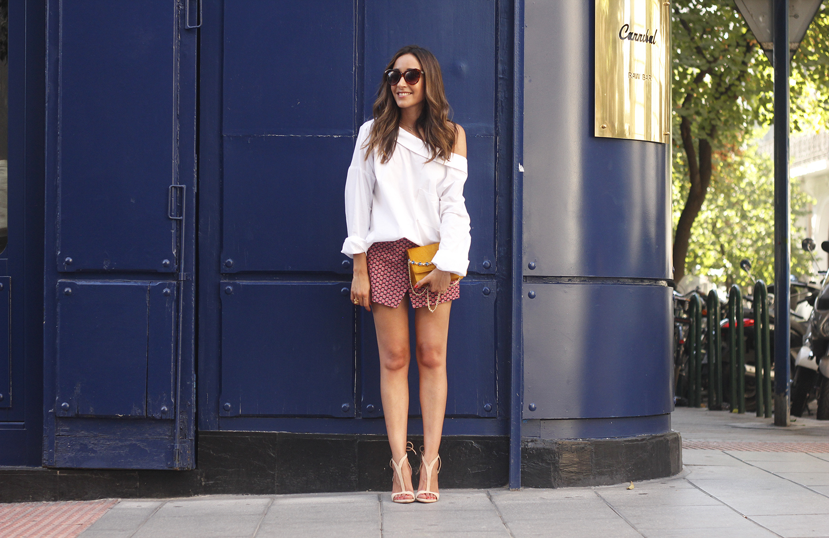 White shirt with printed shorts uterquë bag summer outfit style heels04