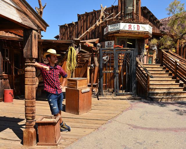 Posando como un auténtico vaquero en Calico durante la ruta 66 por la Costa Oeste de Estados Unidos