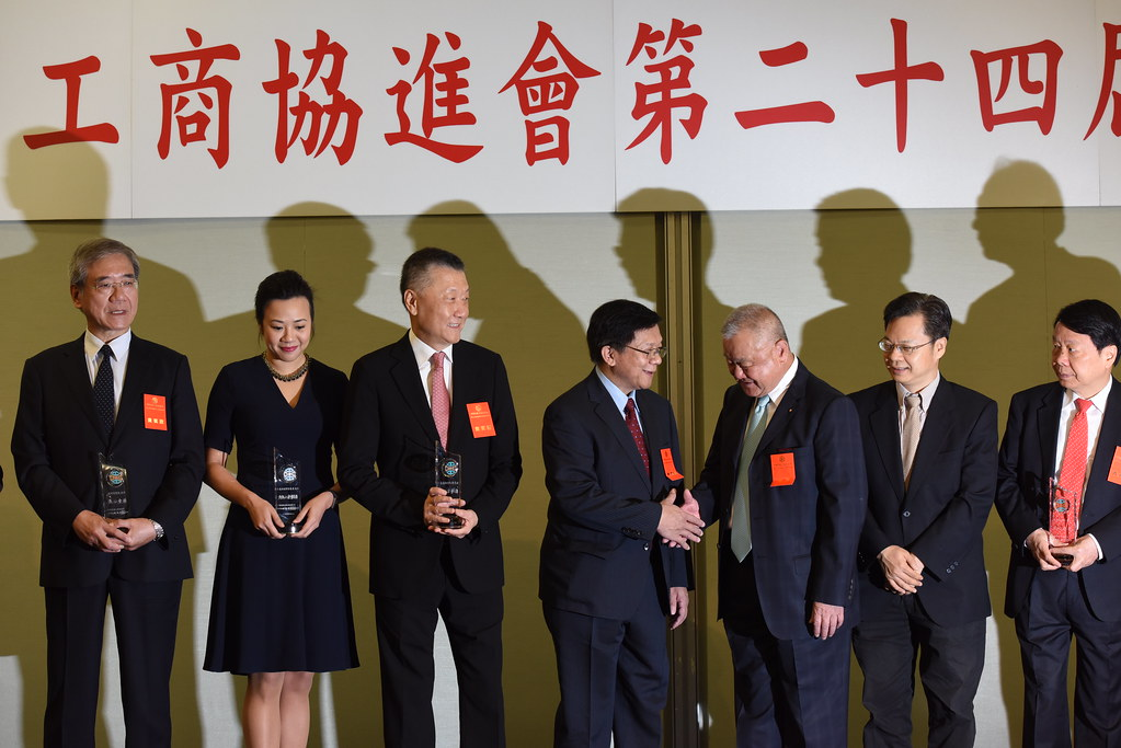經濟部長李世光(右四)與工商協進會理事長林伯豐(右三)握手。(攝影:宋小海)