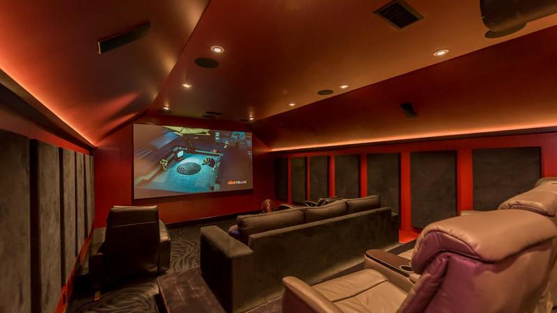 Домашний кинотеатр у Рассела Питерса в Малибу