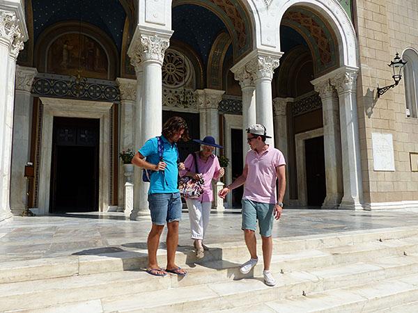 devant la cathédrale d'athènes