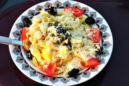 Vegetarisch: Pasta mit Pesto ... Tomaten, Oliven, Parmesan ... Foto: Brigitte Stolle