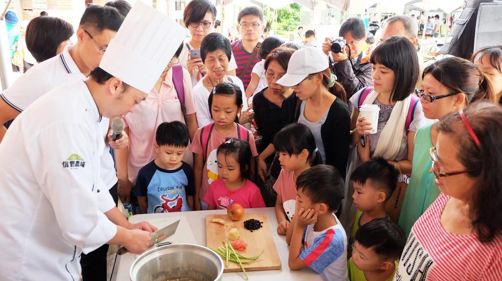 聯安健康廚房主廚陳彥志現場示範芸豆香鬆的作法,引來民眾駐足  攝影:陳文姿