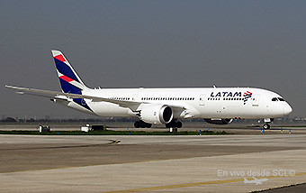 LATAM B787-9 taxi in SCL (RD)
