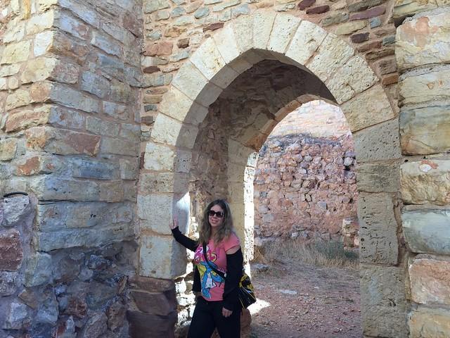 Rebeca en la puerta del castillo de Molina de Aragón (Guadalajara)