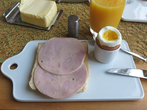 Bierschinken (der Bio-Marke Janssen) auf Toast zum Frühstücksei