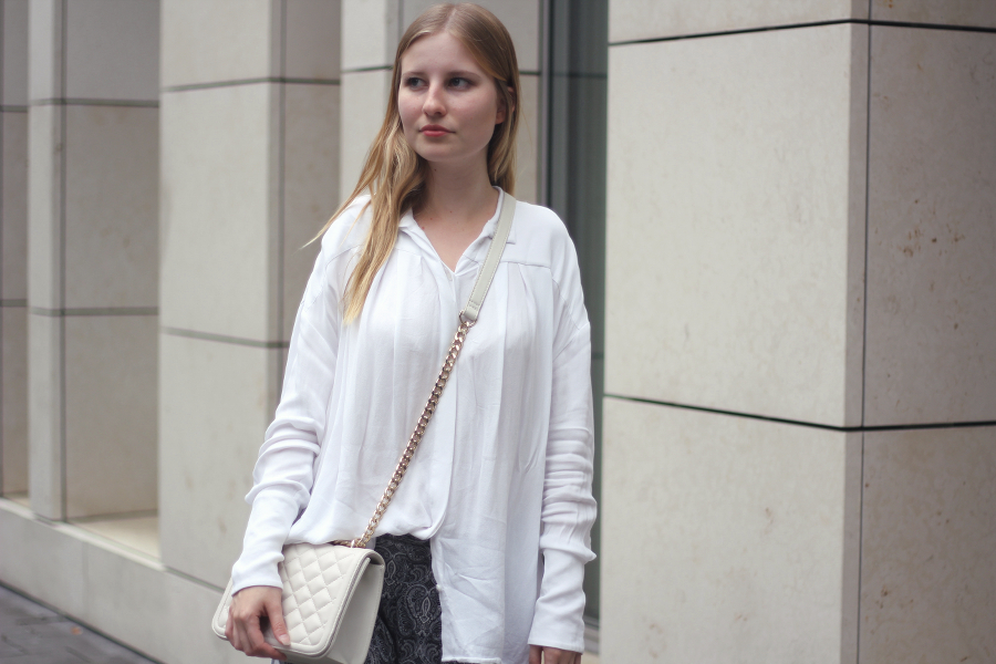 outfit blonde face girl bluse tasche gold detail weiss shooting modeblog fashion blogger