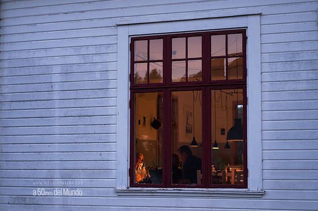 Vidas paralelas que solo se tocan con una mirada a través de la ventana