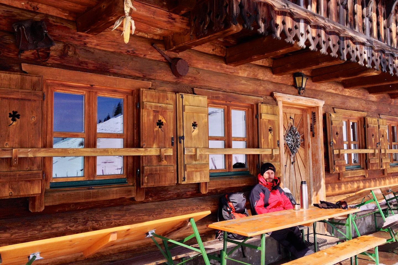 Schlenkenalm Hütte také hlásí Ruhetag.