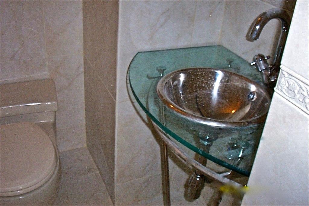 T remodela dise o de ba o mueble de ba o tope de vidrio l for Modelos de comedores de vidrio