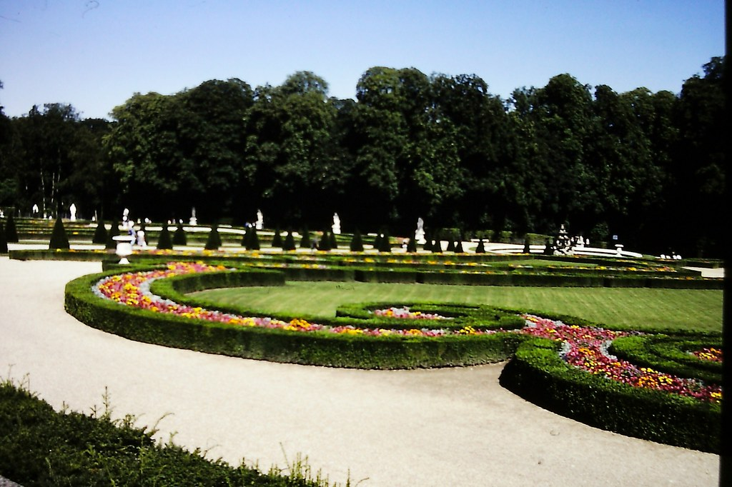 Le parterre of latona palace of versailles le parterre for Parterre 3d
