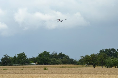 0194 Flugzeug fliegt über Ostfildern, bevor es in Stuttgart landet