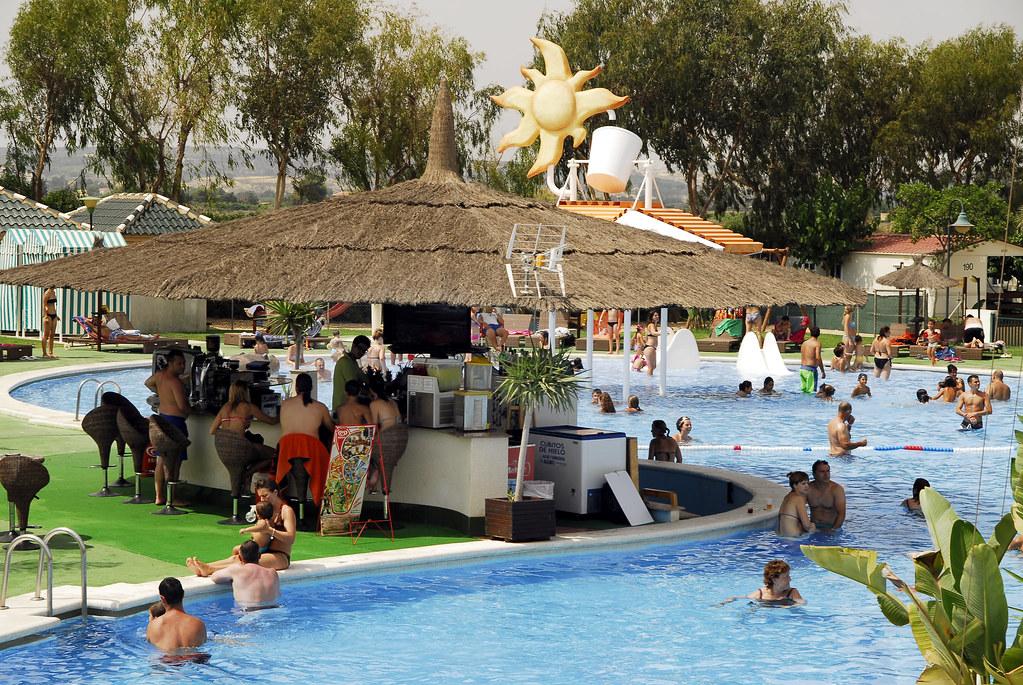 Bar de la piscina bar de la piscina con una barra que da d flickr - Camping en oliva con piscina ...
