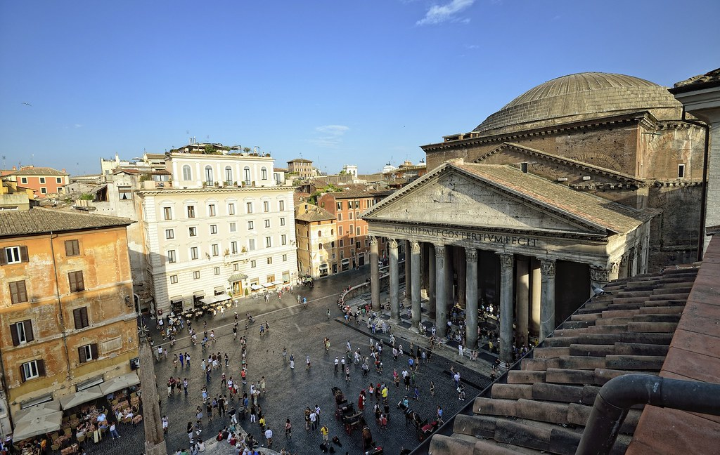 piazza Rotunda in front of the Rome pantheon