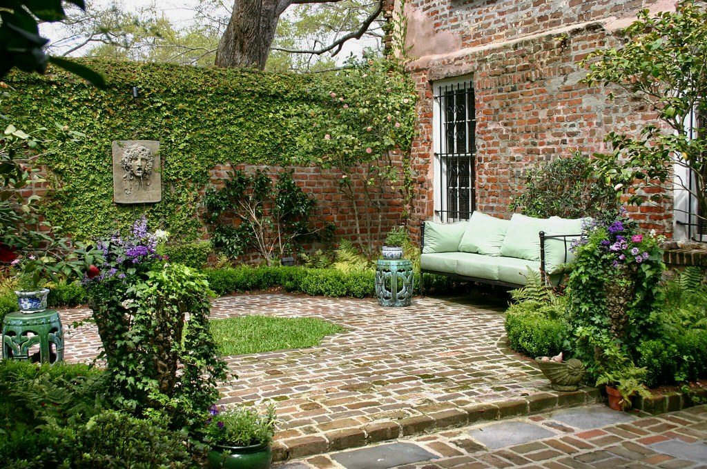 Historic charleston courtyard garden glengardnerla flickr for Small shady courtyard ideas