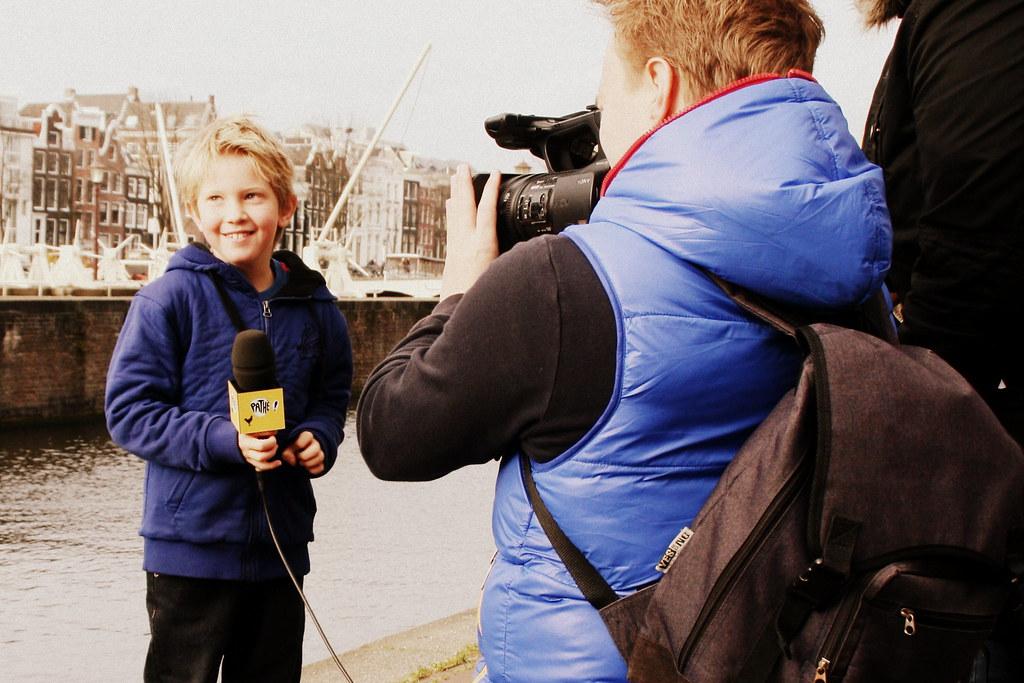 Interview jongen wordt ge nterviewd bij de premi re van do flickr - Opslagkast ruimte van de jongen ...