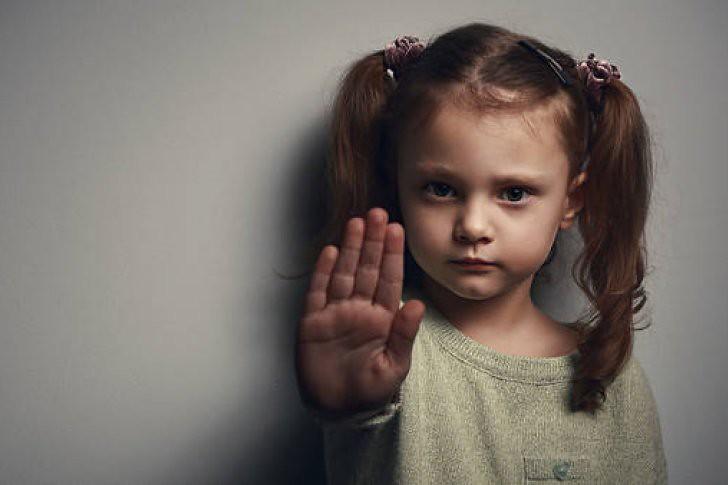 No debemos forzar a nuestros hijos a dar besos y abrazos si no quieren