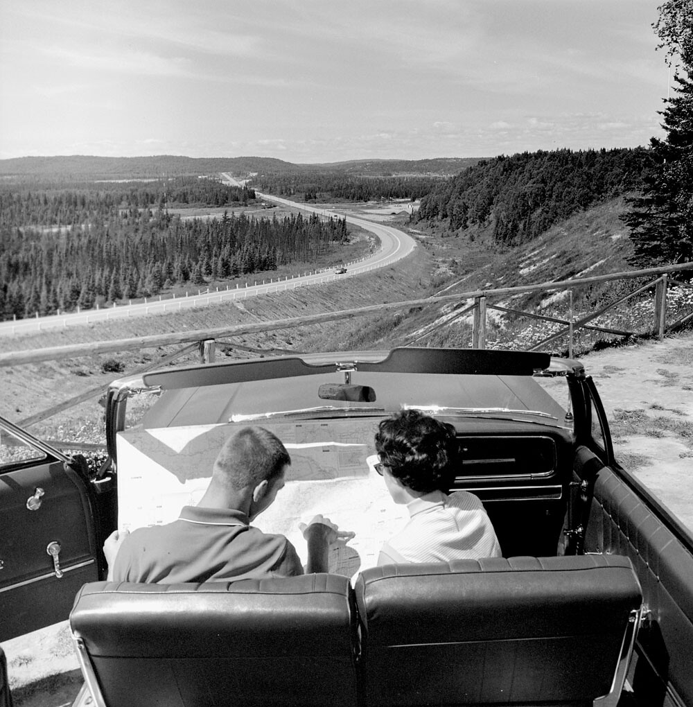 Young Couple In A Convertible Looking At Road Map  Jeune -1972