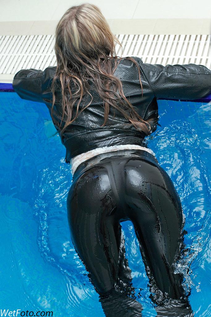 девушка в мокрых штанах фото