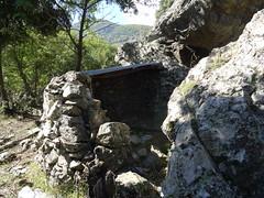 Aménagements sous roches de l'ancienne exploitation sur la crête en bas du versant Est