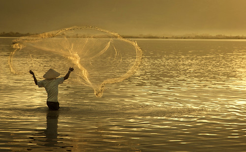 9879 Casting net at break of dawn--Phan Rang , Vietnam | by ngchongkin