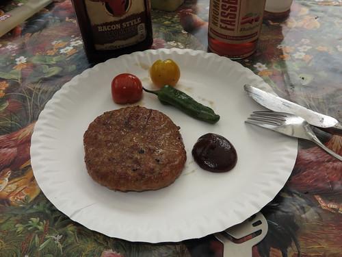 Hamburger Patty mit Bacon Style BBQ Sauce und Grillgemüse