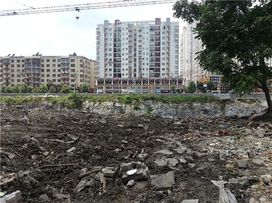 Republic of Guizhou residence by developer one-night demolitions, excavator construction of roller compacted sites continues to