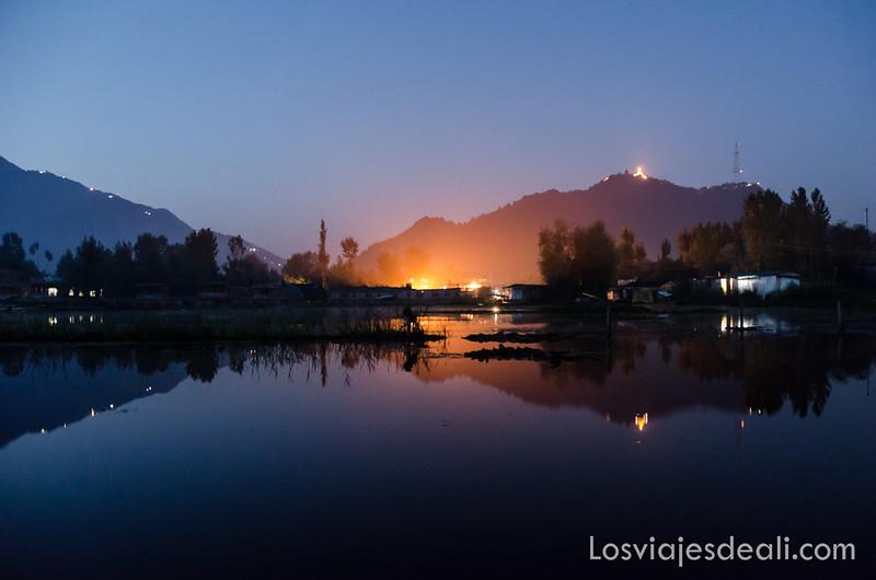 paisaje nocturno lago Dal en Srinagar