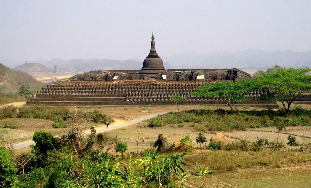 DSC00123/Burma/Arakan/Mrauk U/ Paya Koe Thaung Temple at 90000 Buddha's images