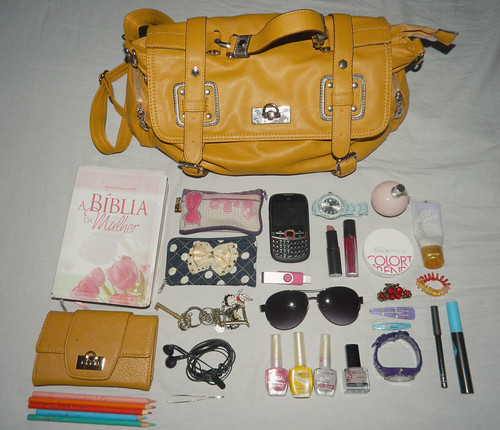 What's in my bag ?? | by Eloá.Moura