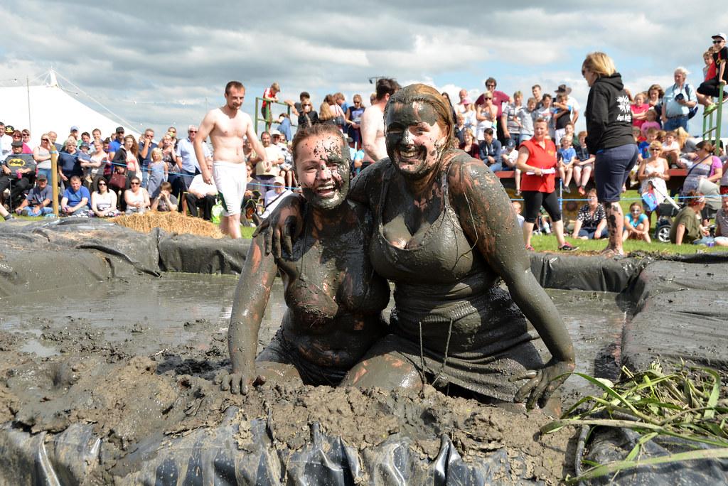Girls mud wrestling amusing