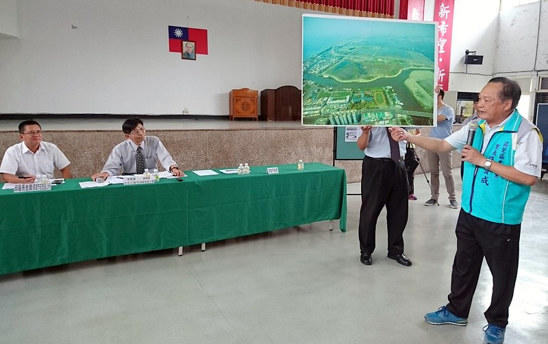 內政部30日在茄萣區公所辦理再評定說明會,當地里長反對劃設茄萣濕地。攝影:李育琴