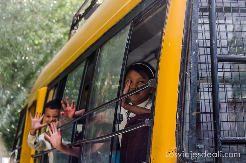 trekking cerca de Leh autobús escolar en Saboo