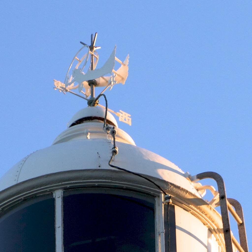 清水灯台の風見鶏は鶏ではなく天...