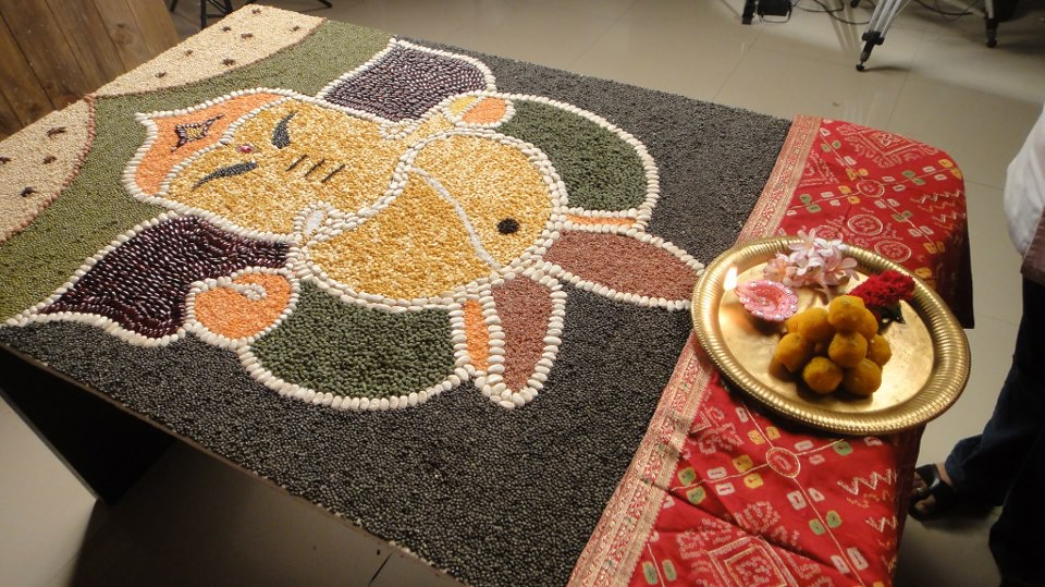 Final lord ganesha rangoli with pooja ki thali sanjeev for Aarti thali decoration with pulses
