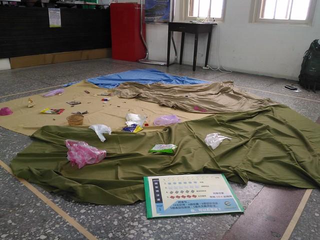 現場佈置裝置藝術,新北市萬里國聖埔沙灘約3坪大小監測樣區,2015年海廢內容按比例陳列,前五名依序為:菸蒂、瓶蓋、塑膠提袋、食品包裝袋、免洗餐具。攝影:林倩如。