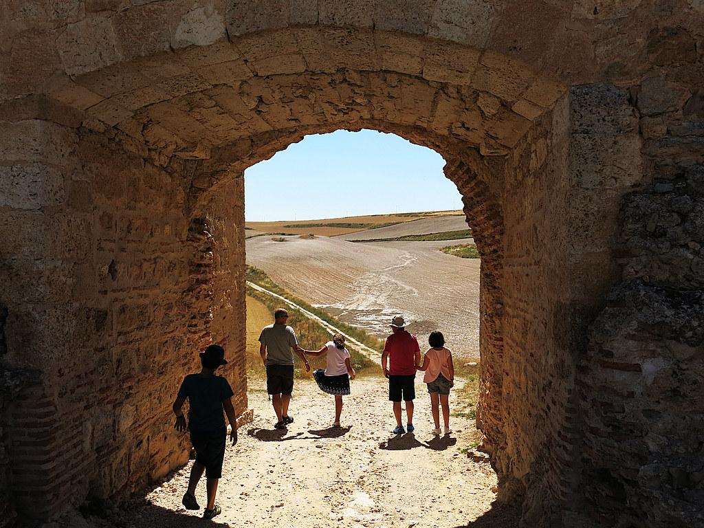 una puerta al campo castellano
