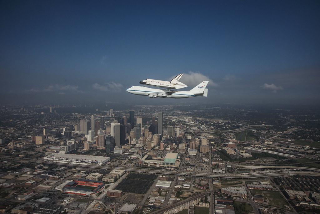 Endeavour Fly-over Houston, TX (jsc2012e6077) | Space ...