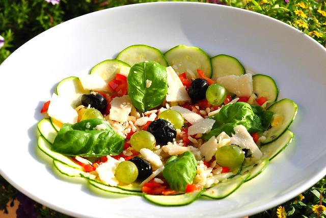 Zucchini-Carpaccio - vegan - vegetarisch - mit oder ohne Parmesan - feine Vorspeise - Sommergericht - Gemüse, Knoblauch, Kräuter - erfrischend und gesund ... Rezept und Foto: Brigitte Stolle 2016