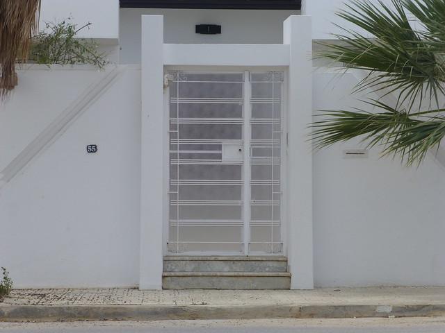 Porte ext rieure de maison en banlieue de tunis flickr for Porte exterieur fer forge tunisie
