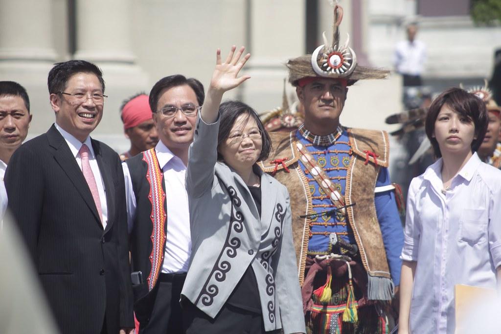 8月1日蔡英文向原民道歉前向對外揮手致意。(攝影:漂丿郎)