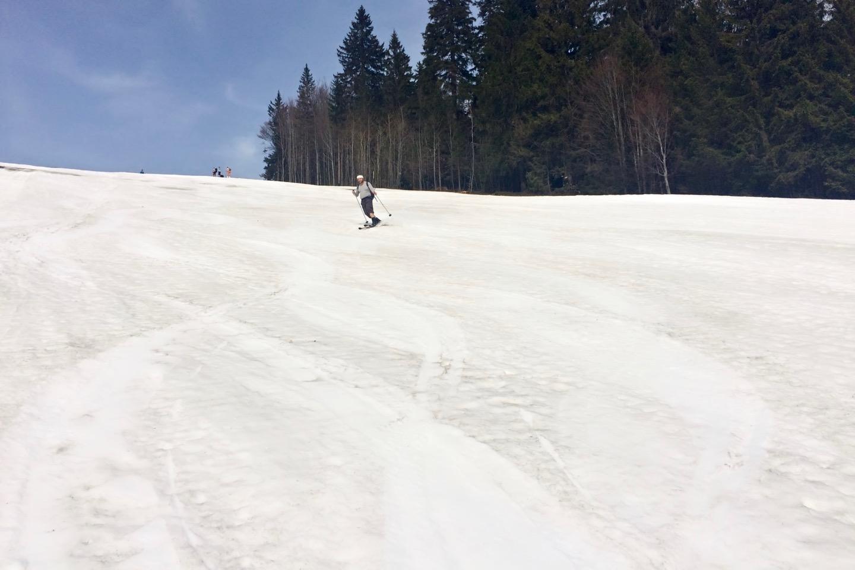 Milan předvádí hloučku skialpinistů koženou klasiku