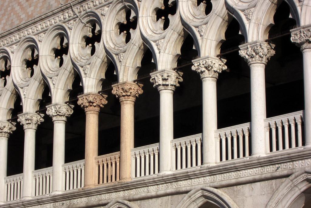 Venezia le colonne rosse del palazzo ducale antonio for Aggiornare le colonne del portico