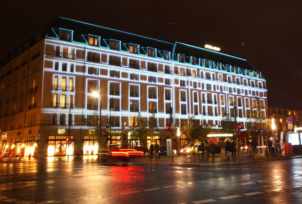 hotel adlon kempinski multimediale licht und mapping. Black Bedroom Furniture Sets. Home Design Ideas