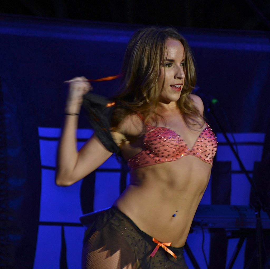 Hochschwangere räkelt sich an der Stripper-Stange -