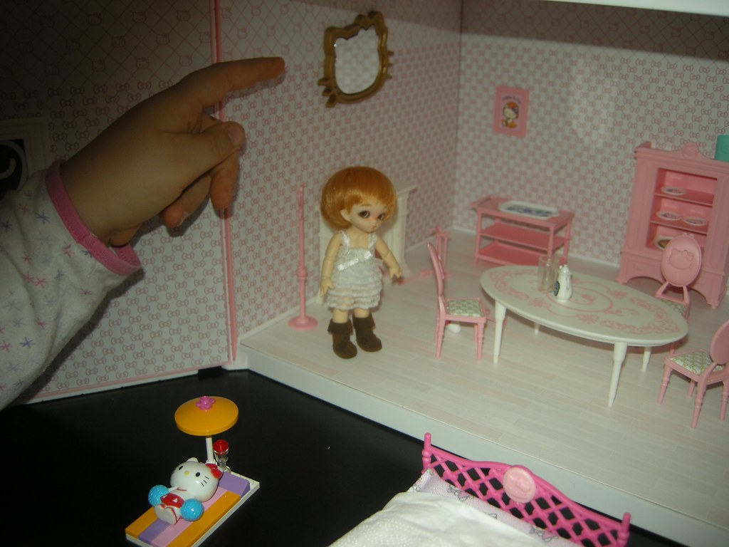 Hello Kitty dollhouse tour - Dining room (and a giant hand ...