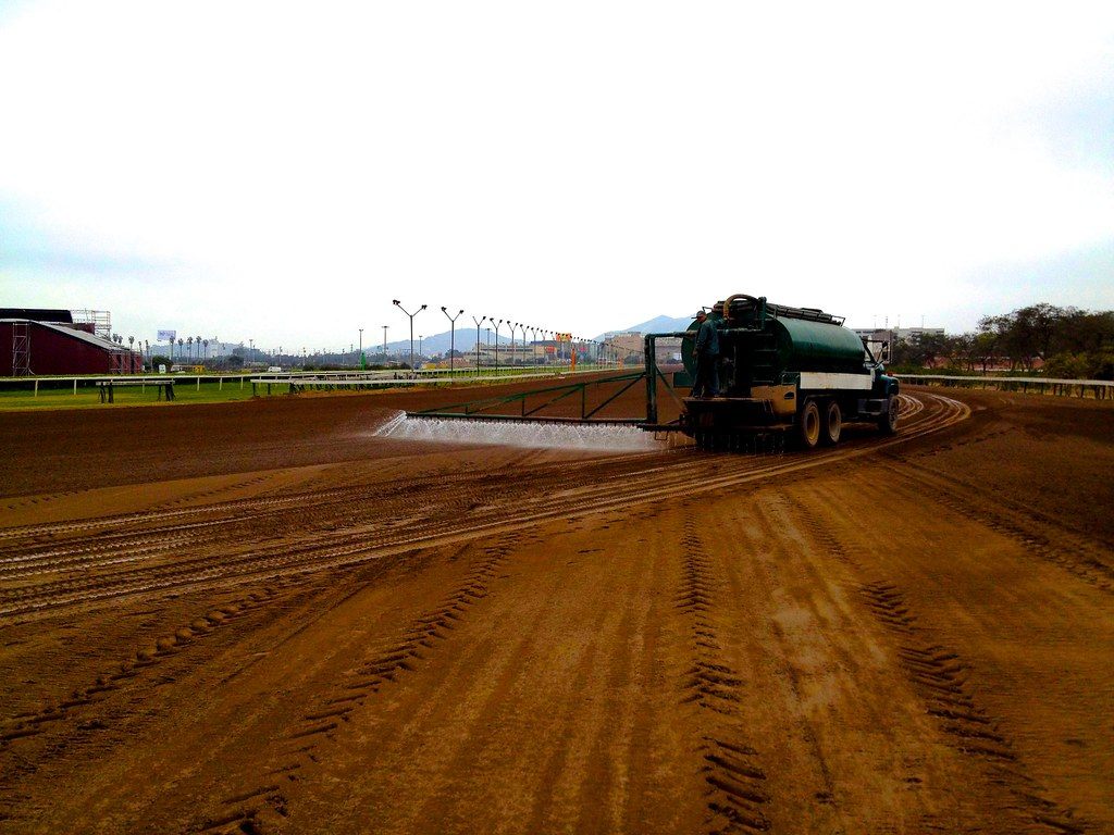 Jockey club del peru wetting the dirt so it doesn 39 t turn for Puerta 4 jockey club