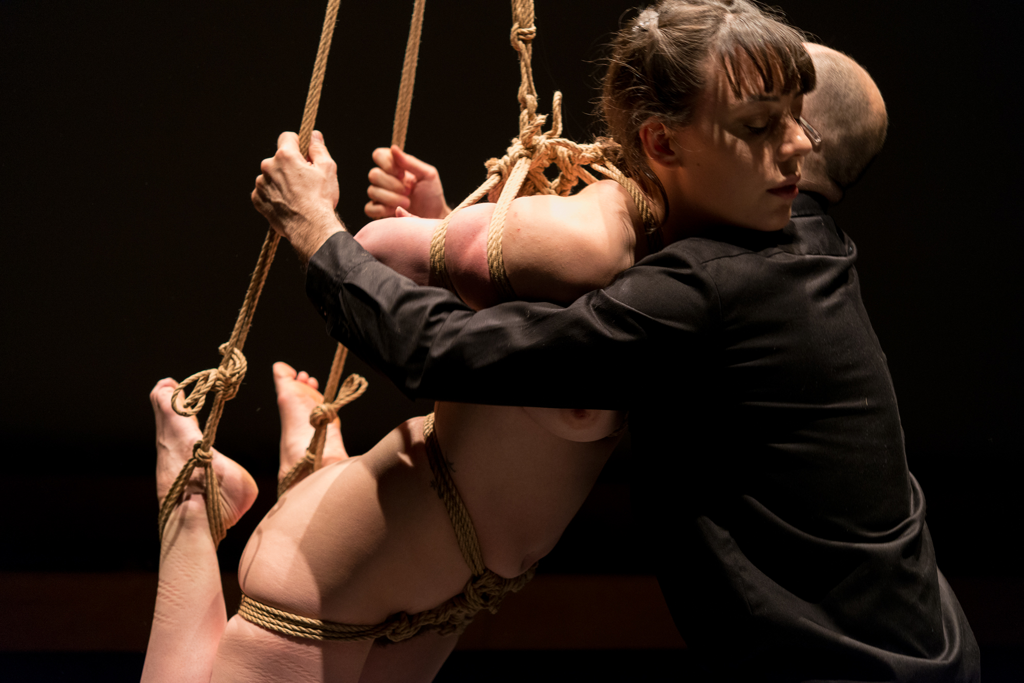 Pedro tying Gestalta during a shibari performance at Culturgest, Lisbon