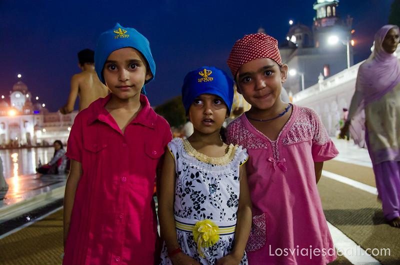 niños en el templo dorado de los sijs